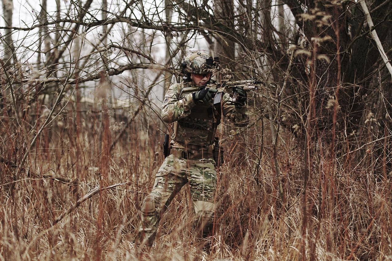 Joueur airsoft en tenue de camouflage